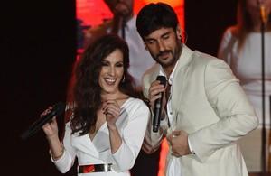 Malú y Melendi, durante su actuación en el escenario de la gala de los Grammy Latinos.