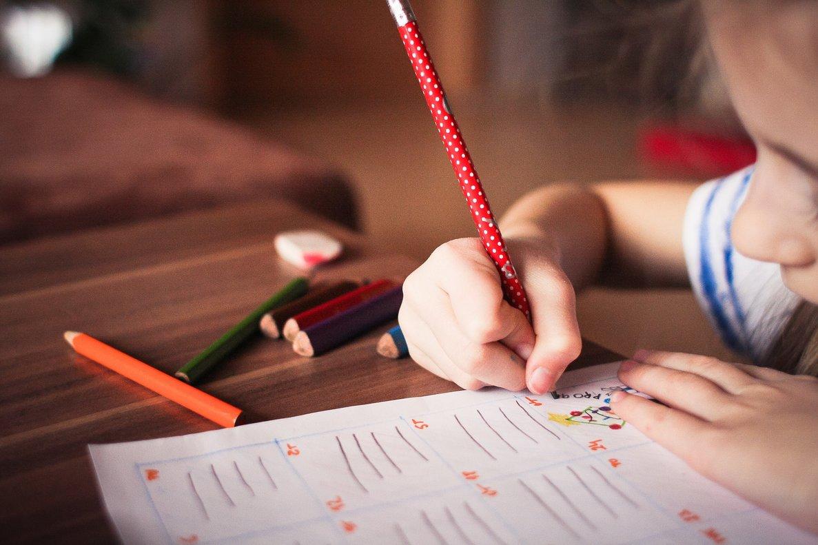 Una profesora denuncia insultos machistas a una alumna de nueve años