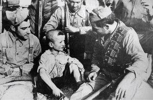 El niño huérfano habla con un grupo de milicianos anarquistas en Siétamo.