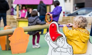 Un niño juega en un parque infantil.