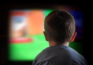 Un niño mira la televisión.