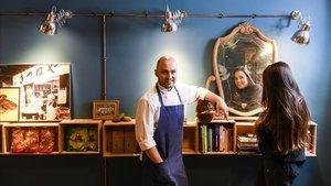 Los hermanos Albert y Claudia Ortiz, en el comedor del restaurante Manduka.