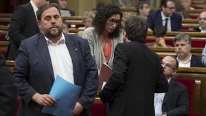 Oriol Junqueras yMarta Rovira, con el 'expresident' Carles Puigdemont (de espaldas), en el Parlament, en junio del 2016.