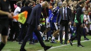 Paco Jemez, técnico del Rayo, quiere saludar a un abatido Zidane en Vallecas.