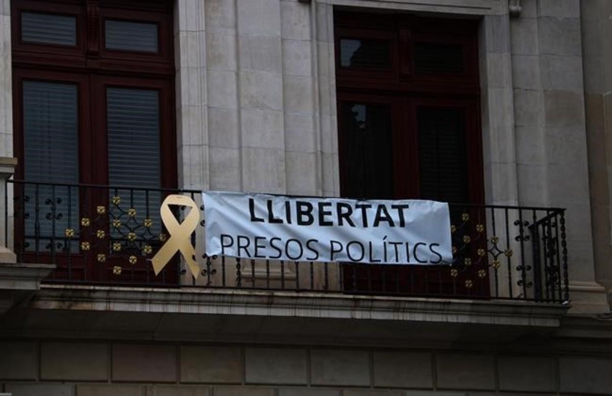 La pancarta vuelve a colgar del Ayuntamiento de Reus.