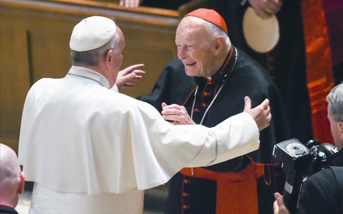 El Papa saluda a McCarrick, en el 2015.