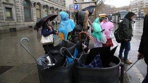 Paraguas rotos en las papeleras de Plaça Catalunya