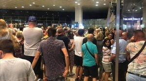 Pasajeros afectados por la cancelación del vuelo Barcelona-Luxor.