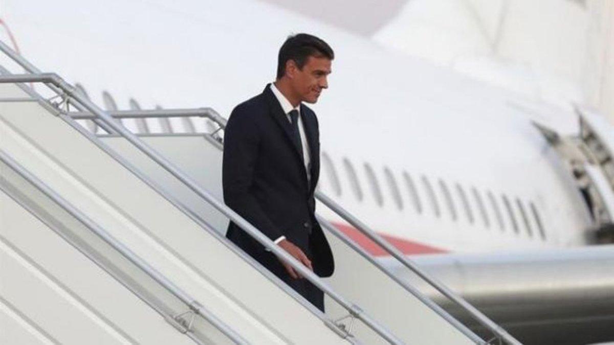 Pedro Sánchez baja las escalerillas de un avión en una imagen de archivo.