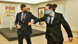 Pedro Sánchez y Pablo Iglesias se saludan tras la presentación de los Presupuestos para el 2021.