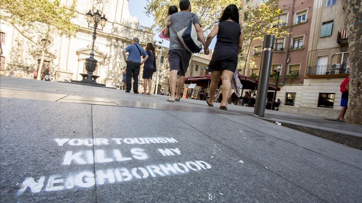 Pintadas contra el turismo y los pisos turisticos en la Placa de la Barceloneta
