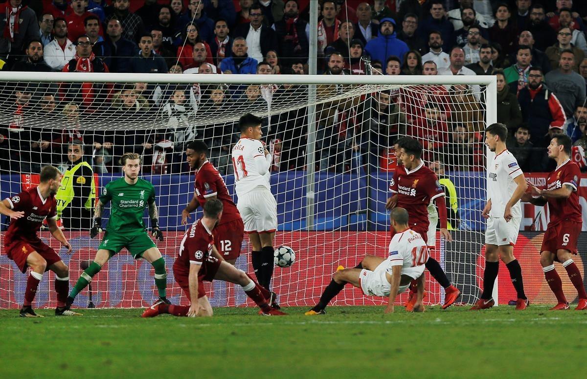 Pizarro marca el tanto del empate sevillista en el tiempo añadido.