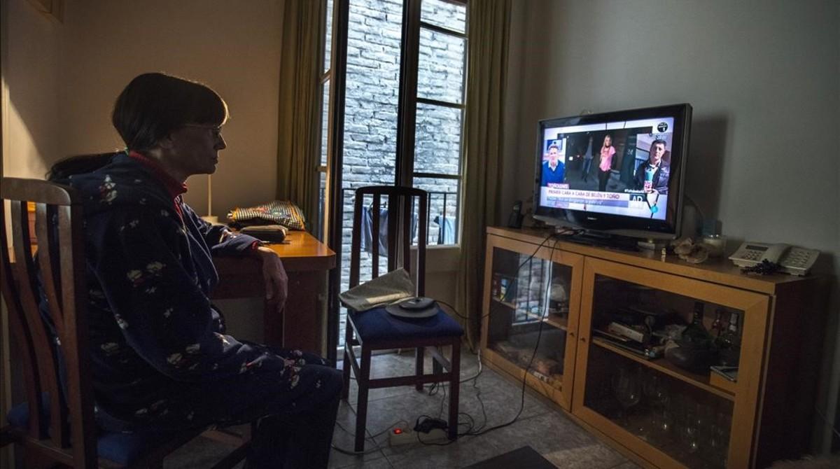 Manoli G., afectada por la pobreza energética, en el comedor de su casa de la calle de Provença.