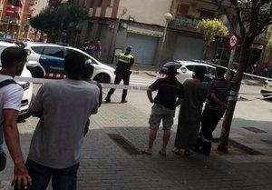 Policías y vecinos en la calle Poeta Punsola, en Mataró.