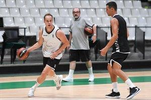 Prepelic bota el balón en el Olímpic de Badalona en presencia de Zisis, otra de las caras nuevas de la Penya