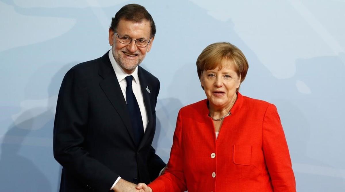 El presidente Mariano Rajoyjunto a la canciller Angela Merkel.