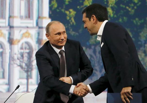 El presidente ruso Vladimir Putin se da la mano con el primer ministro griego Alexis Tsipras el pasado 19 de junio.