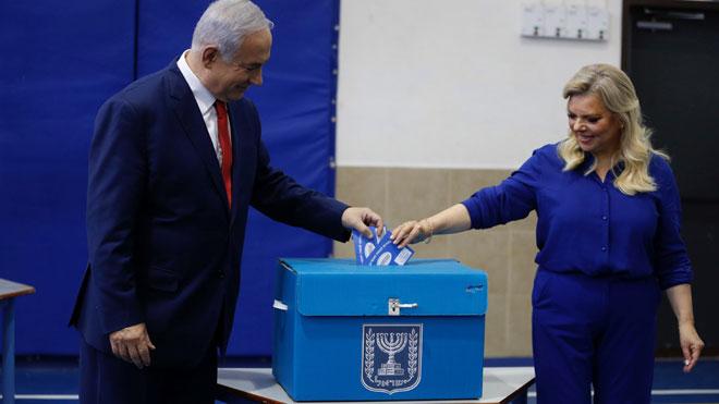 El primer ministro Benjamín Netanyahu acude a votar en las elecciones de Israel.