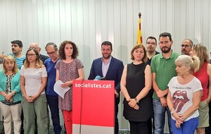 El primer secretario del PSC de Badalona, Alex Pastor, comparece para anunciar los resultados de la consulta a los militantes locales sobre la moción de censura.