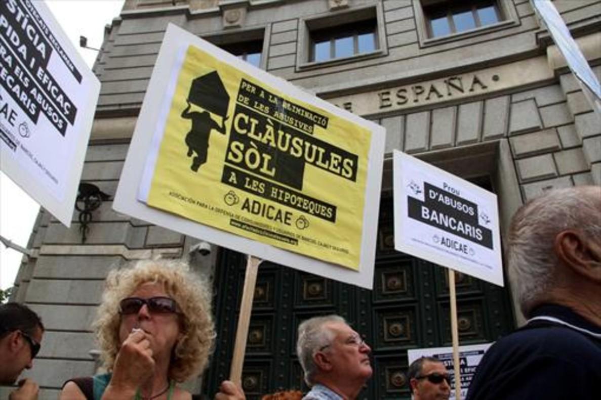 Protesta contra las cláusulas suelo ante la sede del Banco de España en Barcelona, en junio del 2015.