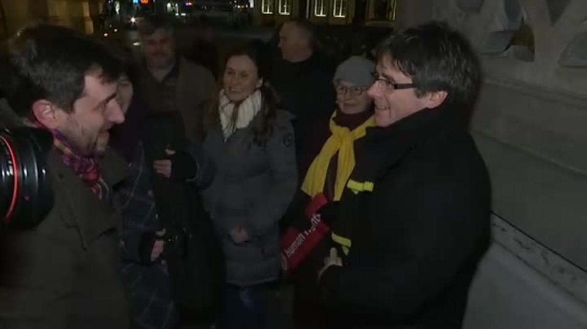 Carles Puigdemont reapareix en públic i ho fa amb Toní Comín, el mateix a qui confessava mitjançant missatges de mòbil que havia sigut sacrificat pels seus.