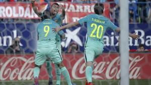 Rafinha celebra su gol con Luis Suárez y Sergi Roberto.