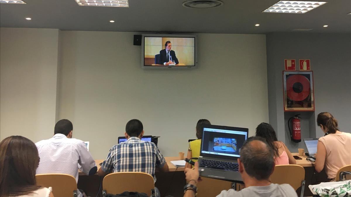 Imagen del monitor de la sala de la Audiencia Nacional donde Rajoy testifica por hechos de la 'Gúrtel'.