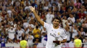 Raúl recibe el homenaje del Bernabéu en el partido entre el Madrid y el Al-Sadd en el 2013.