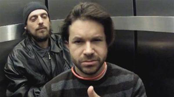 Una cámara oculta en un ascensor, donde el gancho es un asesinato, capta la reacción de la gente.