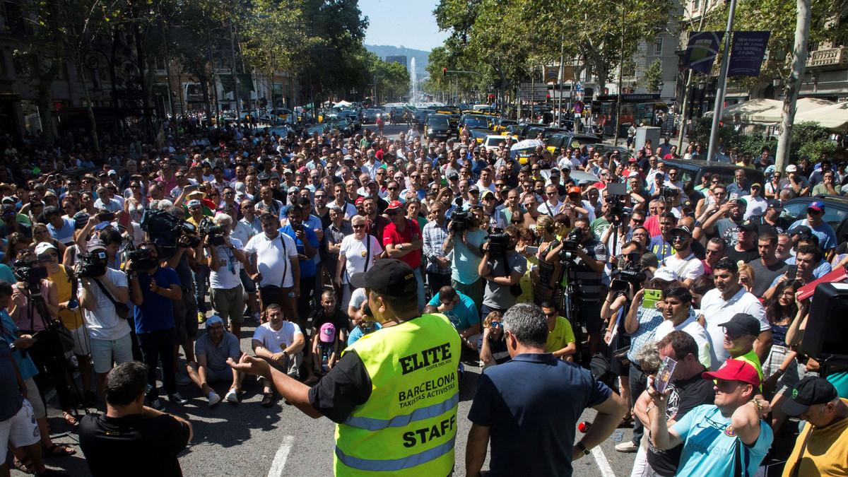 Asamblea de taxistas, a finales de julio, durante el corte de la Gran Via de Barcelona.