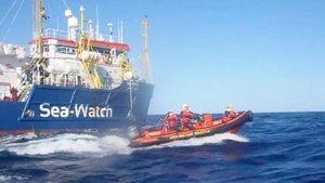 Rescate del 'Sea Watch 3' de 33 inmigrantes que viajaban en una patera en peligro en el Mediterráneo, el pasado sábado.