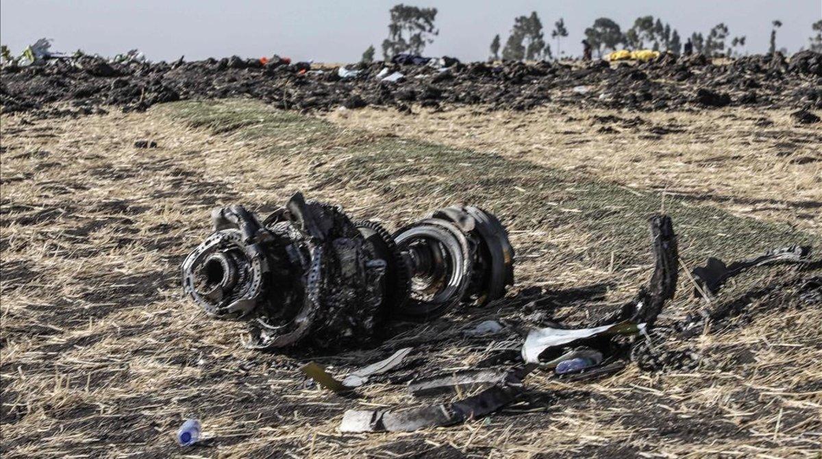 Restos del avión Boeing de Ethiopia Airlines siniestrado cerca de Bishoftu, a unos 60 kilómetros de Addis Abeba.