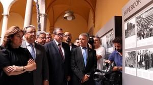 La vicepresidenta SorayaSáenz de Santamaría, el ministro Juan Ignacio Zoido, el conseller Jordi Jané y el presidente de la ACVOT, José Vargas, este lunes, en la exposición sobre el atentado de Hipercor.