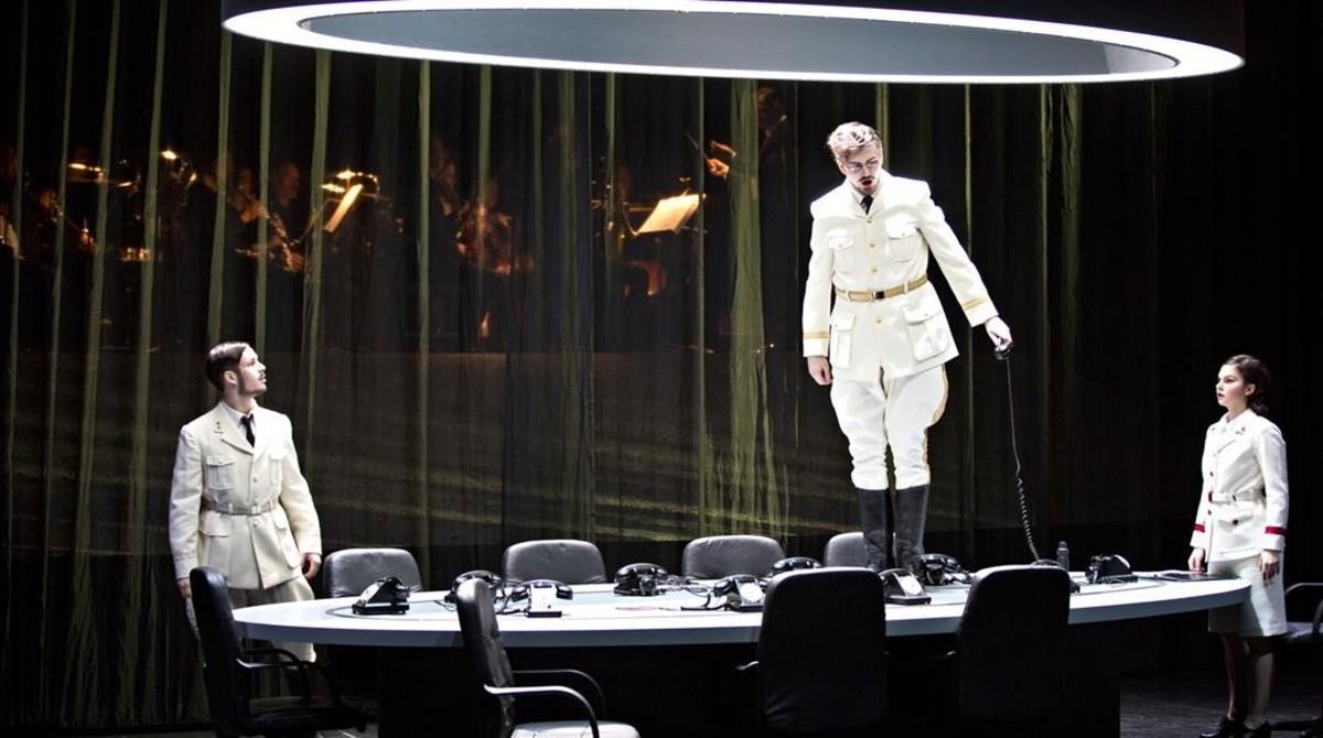 Alexander Kiechle (El altavoz), Samuel Hasselhorn (El emperador)y Judith Beifuss (El tambor),en El emperador de laAtlántida, de Viktor Ullmann,en la Ópera de Lyon.
