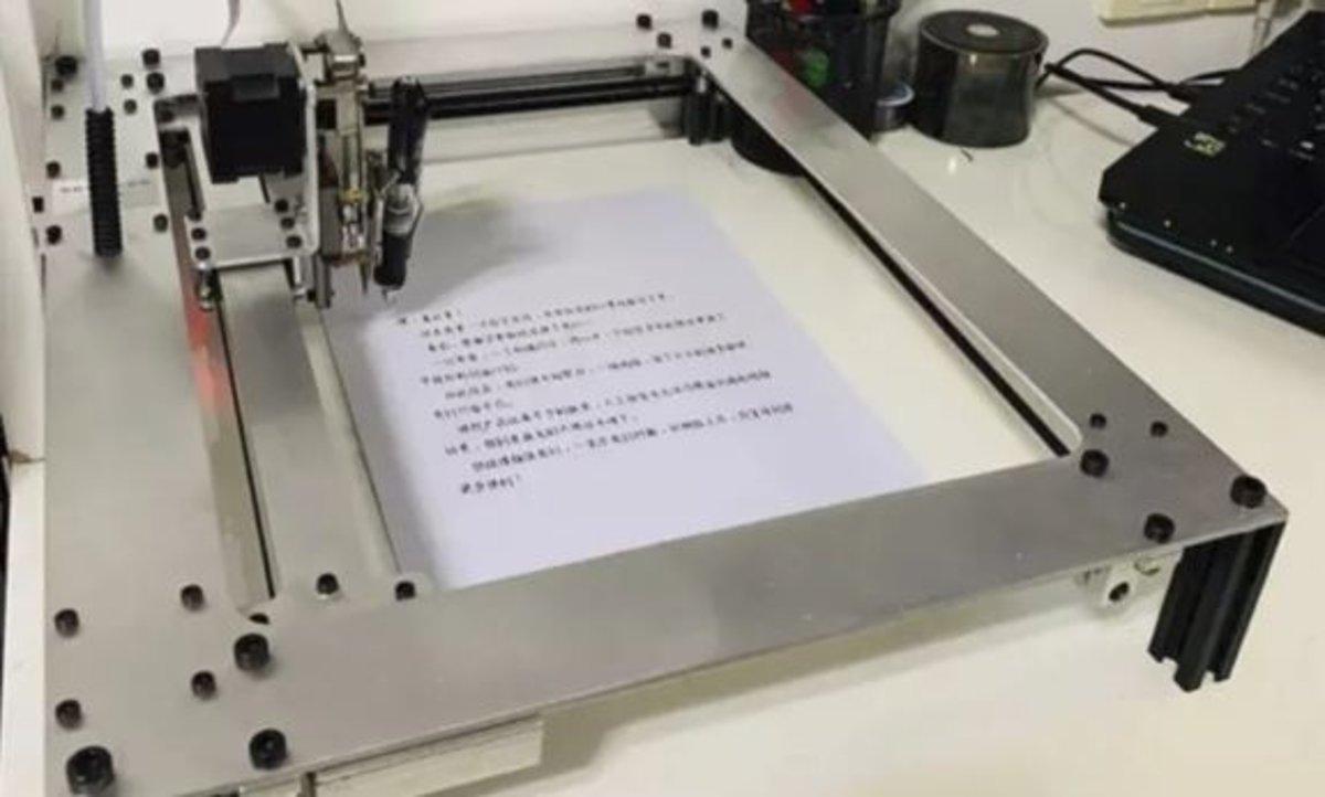 Utilizar un robot para escribir los deberes del colegio: el último debate en Educación