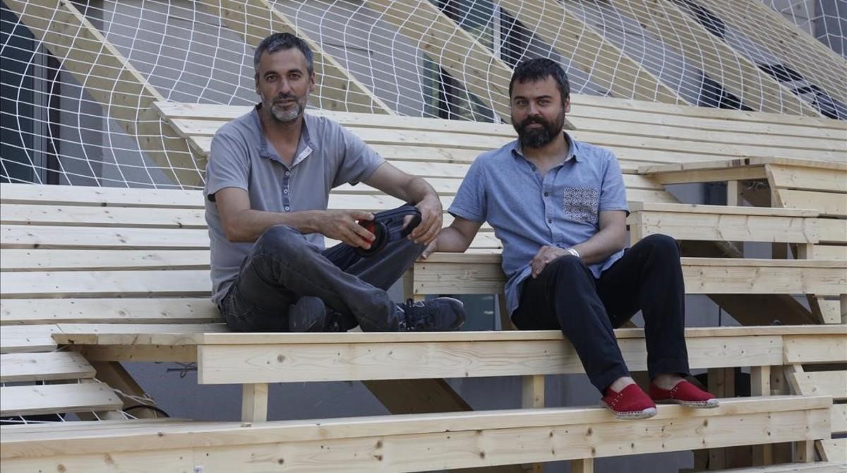 Roger Páez y Toni Montes (derecha), tutores del máster deArquitectura Efímera yDiseño de Espacios Temporales de Elisava, que han impulsado junto a sus alumnos el nuevo espacio temporal que permitirá durante seis meses 'ver' y 'oír' la Rambla de otra forma desde la terraza del Arts Santa Mònica.