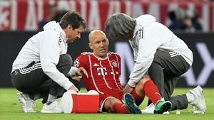Robben, tendido sobre el césped después de lesionarse.