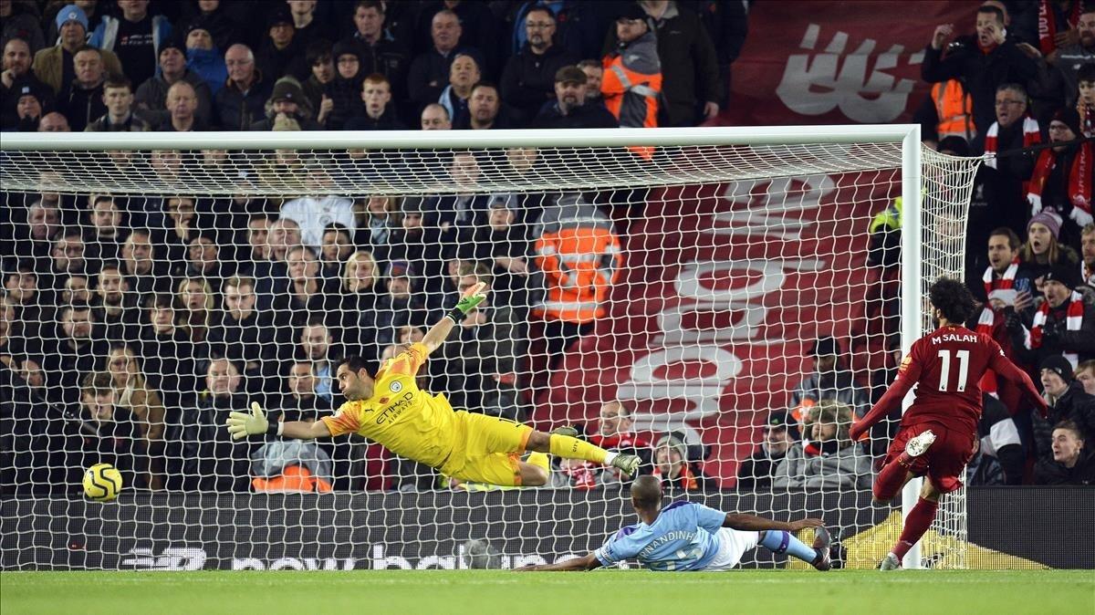 Salah cabecea el 2-0 del Liverpool al City en Anfield.
