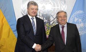 El secretario general de la ONU (derecha),Antonio Guterres, saluda al presidente de Ucrania,Petro Poroshenko, esta semana, en un encuentro en el que el mandatario ucraniano reclamó medidas contra Rusia.