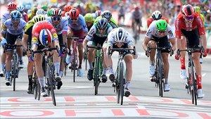 Fabio Jakobsen (izquierda) supera a Sam Bennett por milímetros en el esprint de la cuarta etapa de la Vuelta, en El Puig de Santa Maria.