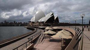 Imagen de la famosa Ópera de Sydney, con las calles vacías.