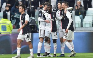 Los jugadores de la Juventus se abrazan tras un gol.