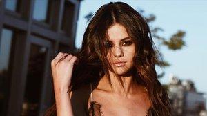 Selena Gomez practicando el 'strandid'.