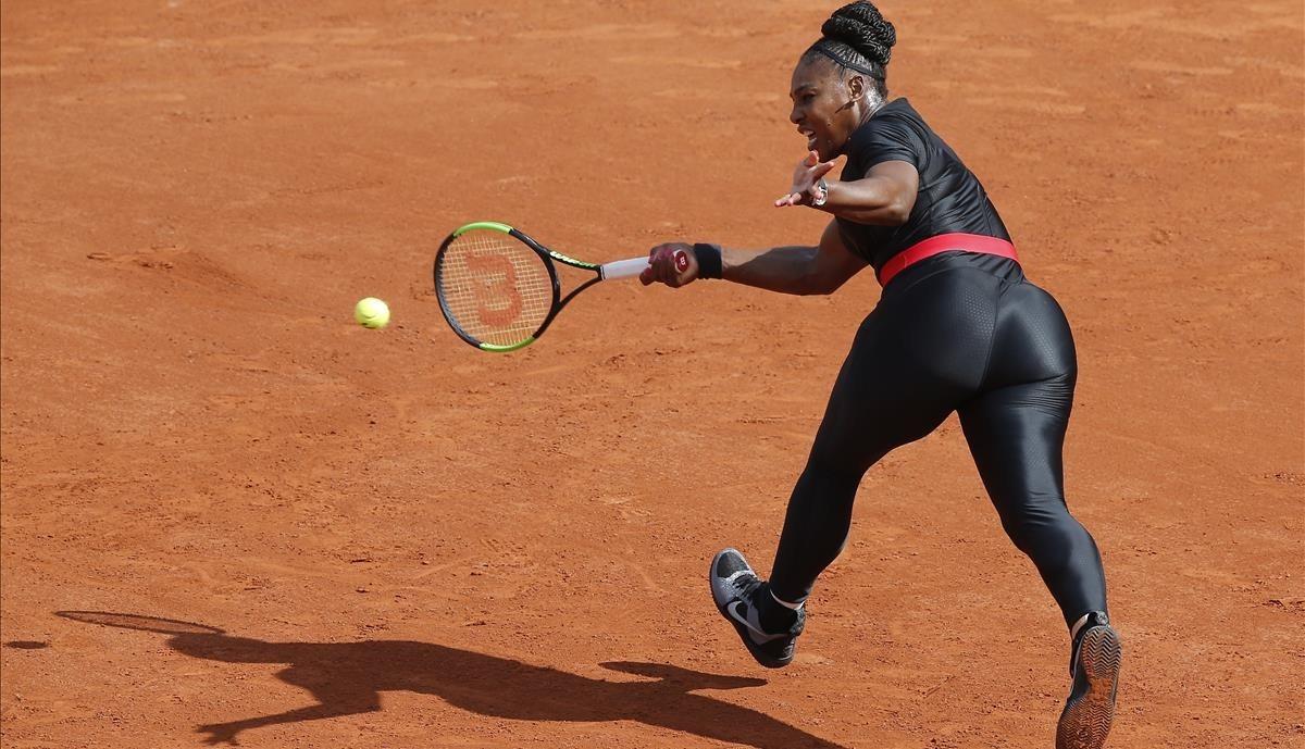 Serena Williams, vestida con un 'catsuit' en el partido contraKrystyna Pliskova del Roland Garros.