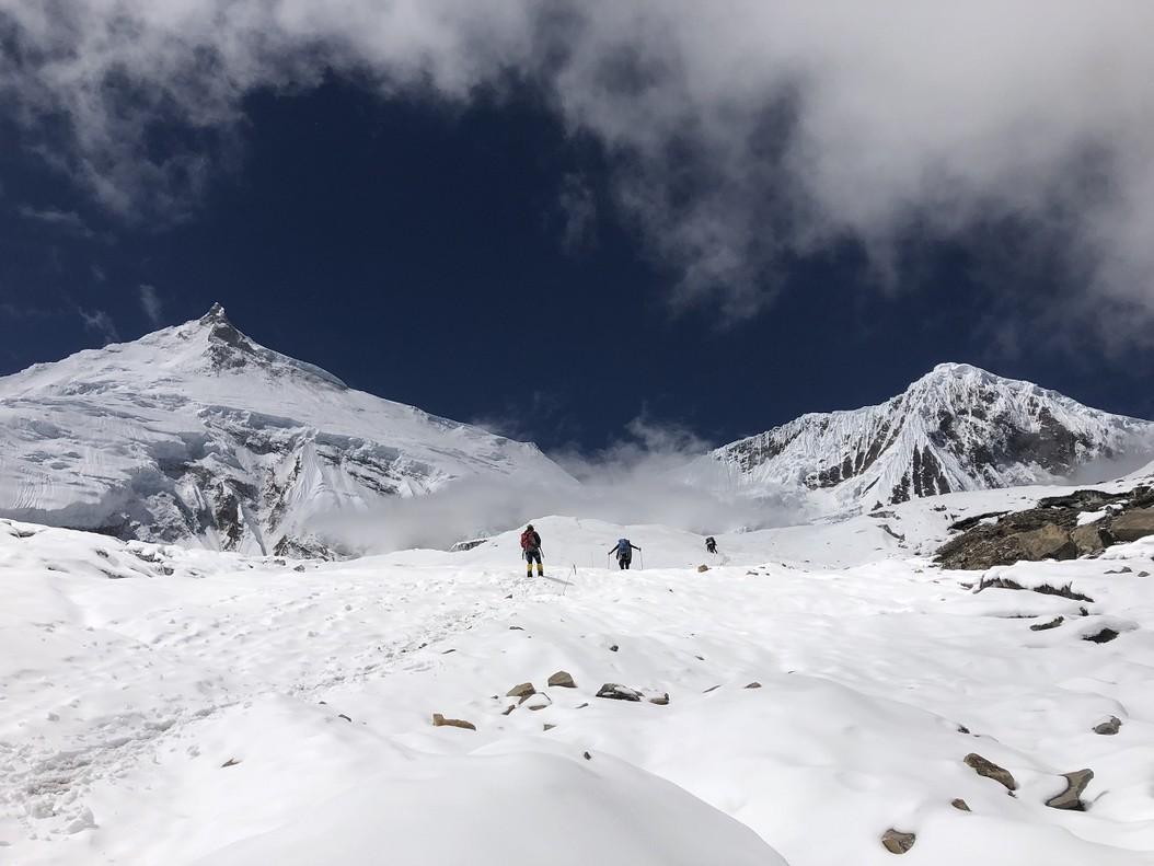 Sergi Mingote en su ascenso hacia el Manaslu, de fondo, en Nepal