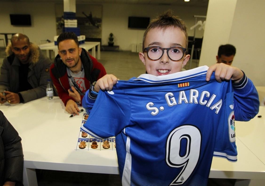 Un joven perico luce la camiseta de su ídolo Sergio García.
