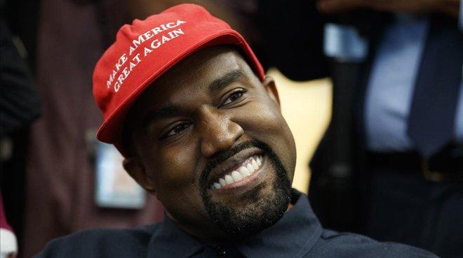 Trump recibe a Kanye West,marido de Kim Kardashian, en la Casa Blancacon una gorra con el eslógan: Make America great again.