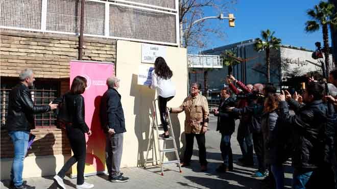 Societat Civil Catalana tapa una placa de la calle de Sabino de Arana con otra con el nombre de Rosa Parks.