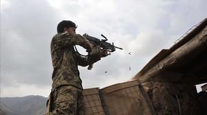 Un soldado afgano en pleno combate contra los talibanes.