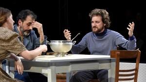 De izquierda a derecha,Maria Rodríguez, Lluís Villanueva y Pol López, en una escena de 'Sopa de pollastre i ordi'.